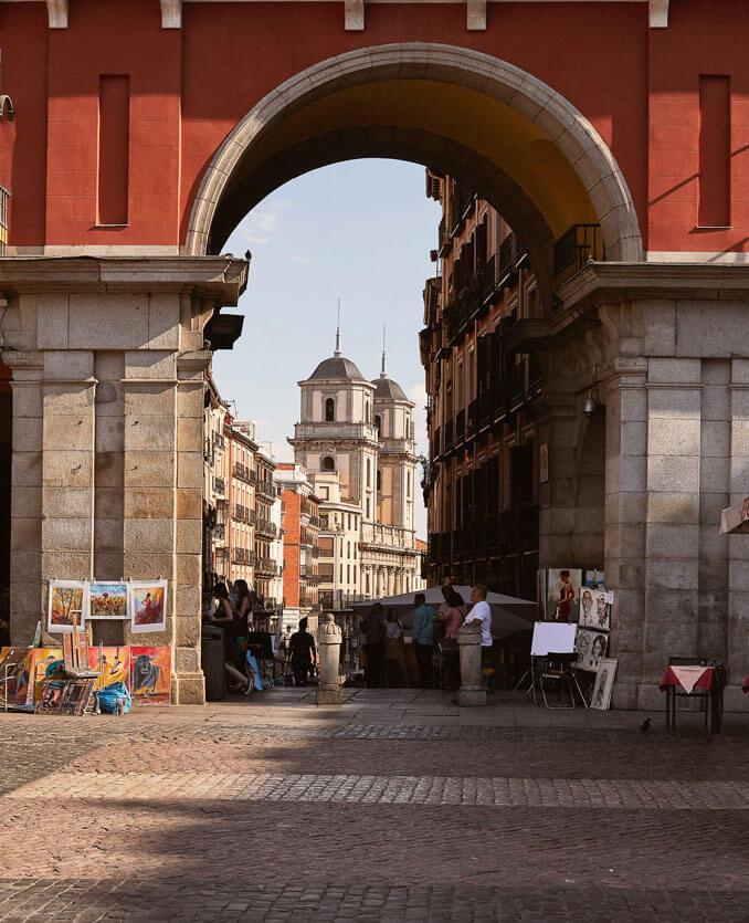 Arco de Cuchilleros en la Plaza Mayor de Madrid - La Llave de Madrid