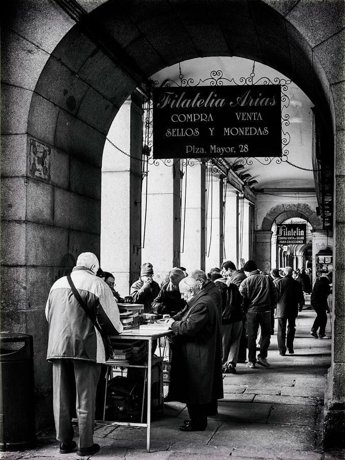 Mercadillo en la Plaza Mayor de Madrid - La Llave de Madrid